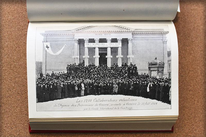 Image of volunteers of the International Prisoners of War Agency in front of the Rath Museum